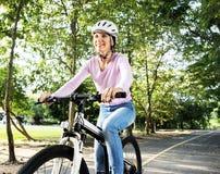 Семья на езде велосипеда в парке Стоковые Фото
