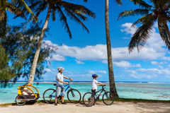 Семья на езде велосипеда Стоковая Фотография