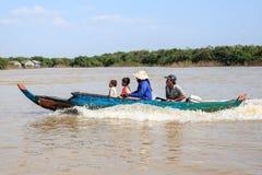 Семья на деревне шлюпки близко плавая на озере сока tonle, около Siem Reap, Камбоджа Стоковая Фотография RF