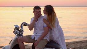 Семья на каникулах морем Счастливая семья представляет для фото для памяти Симпатичное photoshoot на речном береге сток-видео