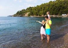 Семья на каникулах морем стоковое изображение