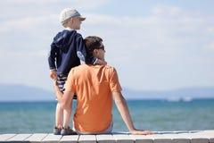 Семья на каникулах озера стоковые изображения rf