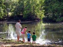 Семья на крае вод Стоковые Изображения