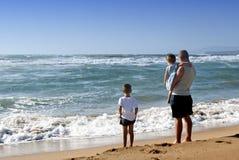 Семья на море стоковое изображение rf