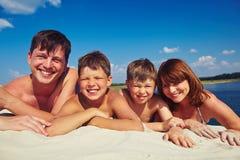 Семья на песке стоковая фотография