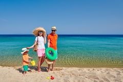 Семья на пляже в Греции стоковое фото rf