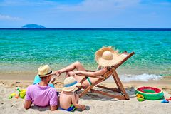 Семья на пляже в Греции стоковое фото