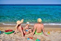 Семья на пляже в Греции стоковые изображения rf