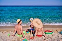 Семья на пляже в Греции стоковые изображения