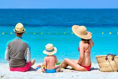 Семья на пляже Малыш играя с матерью и отцом стоковые изображения rf