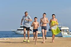Семья на пляже в лете Стоковые Изображения RF