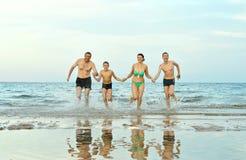Семья на пляже в лете Стоковое Изображение RF
