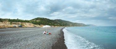 Семья на пляже лета в Крыме, Украине. Стоковые Изображения RF