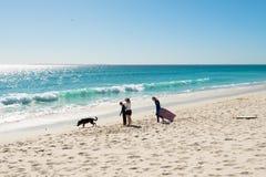 Семья на пляже на Bloubergstrand в Южной Африке, смотря на гору таблицы Стоковое Изображение