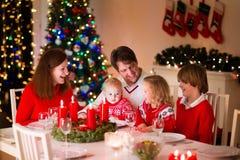 Семья на рождественском ужине дома Стоковые Изображения RF