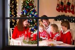 Семья на рождественском ужине дома Стоковая Фотография