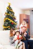 Семья на софе на рождестве стоковое изображение rf