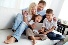 Семья на софе Стоковая Фотография RF