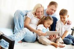 Семья на софе Стоковое Фото