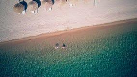 Семья на съемке антенны пляжа сток-видео