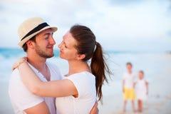 Семья на тропических каникулах пляжа Стоковые Фото