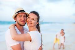 Семья на тропических каникулах пляжа Стоковое фото RF