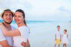 Семья на тропических каникулах пляжа Стоковая Фотография RF