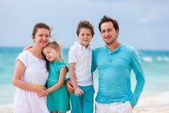 Семья на тропической каникуле пляжа Стоковое фото RF