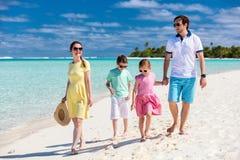 Семья на тропической каникуле пляжа Стоковые Изображения RF