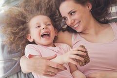 Семья Объятие матери и дочери стоковые изображения