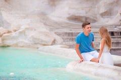 Семья около фонтана Trevi в Риме Счастливые девушка и отец наслаждаются их каникулами в Европе Стоковые Изображения RF