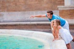 Семья около фонтана Trevi в Риме Счастливые дети и папа наслаждаются их европейскими каникулами в Италии Стоковые Изображения RF