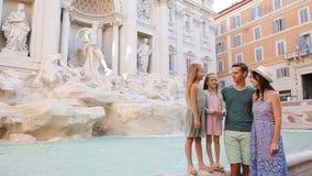 Семья около Фонтаны di Trevi, Рима, Италии Счастливые родители и дети наслаждаются итальянским праздником каникул в Европе сток-видео