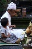 Семья домашней церемонии балийская в vilage Стоковая Фотография RF