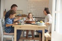 Семья дома в есть еду совместно Стоковое Изображение