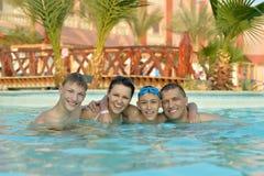 Семья ослабляя в бассейне Стоковое фото RF