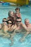 Семья ослабляя в бассейне Стоковые Фотографии RF