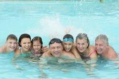 Семья ослабляя в бассейне Стоковое Изображение RF