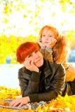 Семья ослабляя в парке осени Стоковые Фотографии RF