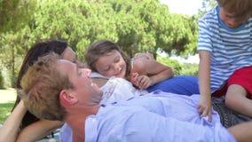 Семья ослабляя в парке совместно акции видеоматериалы