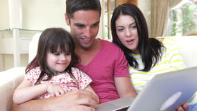 Семья ослабляя на софе совместно сток-видео