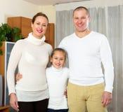 Семья ослабляя дома Стоковые Фото