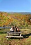 Семья ослабляя после пешего туризма в лесе осени Стоковое Изображение