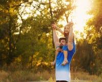 Семья Отец и дочь piggyback стоковые изображения