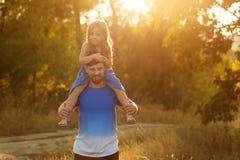Семья Отец и дочь piggyback стоковые изображения rf