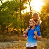 Семья Отец и дочь piggyback стоковые фотографии rf