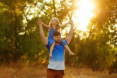 Семья Отец и дочь piggyback стоковое изображение