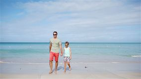 Семья отца и маленькой девочки имея потеху на пляже видеоматериал
