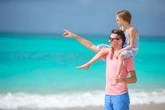 Семья отца и sporty маленькой девочки имея потеху на пляже Стоковая Фотография RF