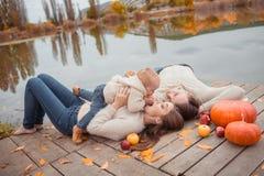 Семья отдыхая на озере Стоковое Изображение